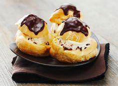 Προφιτερόλ με πραλίνα και παγωτό βανίλια!   Sokolatomania Sokolatomania Kai, Cheesecake, Pudding, Cooking, Desserts, Plaque, Food, Cakes, Profiteroles Recipe