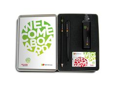 TAP Portugal commissioned Fluor the design and development of a welcome kit for new employees, with the purpose to make more special and outstanding the first workday of the new employee.