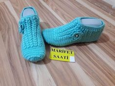 yep yeni fistıklı patik modeli yapımı(new peanut booties made ) Baby Slippers, Slipper Socks, Crochet Shoes, Crochet Slippers, Crochet Baby, Knit Crochet, Crochet Accessories, Knitting Socks, Sock Shoes