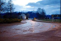 AVFØRING: E39 i Volda ble forvandlet til en gjørmevei av innholdet i septiktanken. Foto: Nicolay Woldsdal / Nernett.no