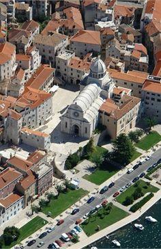 Dalmacia Split en GB / La Dalmacia es una región histórica y geográfica que se encuentra en la costa del mar Adriático que pertenece a Croacia, y en pequeña medida continúa hacia Montenegro, hasta la ciudad de Kotor y la bahía homónima