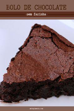 Um bolo de chocolate sem farinha e simplesmente delicioso. Ele fica igual a uma torta de chocolate, lembra a textura de mousse, é cremoso, fácil de fazer e perfeito. Confira a receita desse bolo sem glúten e prepare na sua casa. #receita #bolo #chocolate