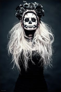 Are you looking for ideas for your Halloween make-up? Navigate here for scary Halloween makeup looks. Looks Halloween, Halloween 2018, Halloween Party, Vintage Halloween, Vintage Witch, Halloween Stuff, Halloween T Shirts, Halloween Make Up Scary, Terrifying Halloween
