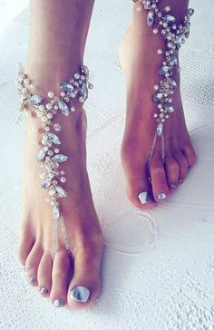 Hochzeit am Strand? Da dürfen die Brautschuhe ausnahmsweise einmal fehlen We would like to inspire you with awesome beach wedding shoes. Take a look at this fabulous trend - barefoot sandals with lace, pearls and rhinestones. Trendy Wedding, Perfect Wedding, Summer Wedding, Dream Wedding, Wedding Day, Wedding Hacks, Wedding Tips, Wedding Venues, Boho Wedding