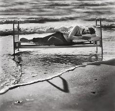 La photographe Lituanienne Raggana est à l'origine de cette sublime série de photos rendant hommage au lien subtil qui lie les hommes à la nature. La photographe nous livre des images à l'univers surréaliste, dont certaines sont comme inspirées d' « Ophelia », célèbre peinture de Millais. À découvrir en images.