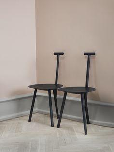 Spade Chair är en ode till livet på den engelska landsbygden där designern Faye Toogood växte upp och hade sina första möten med former och färger i naturen. Inspirationen till stolen kommer från en korsning mellan den traditionella mjölkpallen och handtaget av en spade.