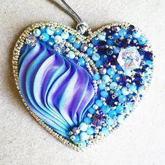 Bead embroidered shibori heart pendant azure violet por ByMimmiShop