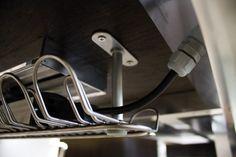 """Hidden channeling - Thanks to the alluminium chest fixed under the desk top, you can avoid having your computer cables and other electrinic devices' cables visible in your office. This makes the space much more elegant and """"clean"""".  //  ---  //  Canalizzazione nascosta - grazie al cestello in alluminio fissato sotto il piano scrivania è possibile evitare di avere i cavi dei computer e di altri supporti elettronici visibili in ufficio. Questo rende l'ambiente molto più elegante e """"pulito""""."""