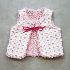 Patron bébé gilet de berget réversible Maël (PDF) | Super Bison Baby Couture, Couture Sewing, Baby Sewing Projects, Cardigan Pattern, Mom And Baby, Super Bison, Diy For Kids, Girl Outfits, Crochet