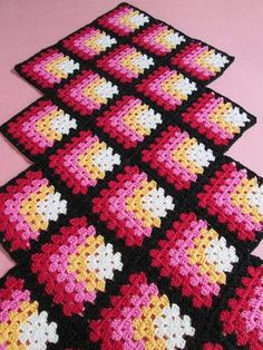 Centro mesa geométrico, feito em crochê. Com cores á moda anos 60. Para dar aquele toque retrô que faltava na sua casa!