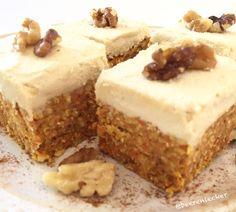 Raw vegan carrot cake - food - raw and yummieee - Kuchen Vegetarian Sweets, Vegan Sweets, Healthy Sweets, Healthy Dessert Recipes, Healthy Baking, Cake Recipes, Raw Vegan Cake, Vegan Carrot Cakes, Raw Cake