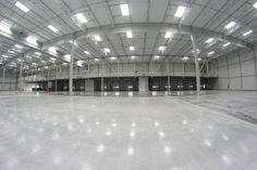 Bramy segmentowe w hali przemysłowej