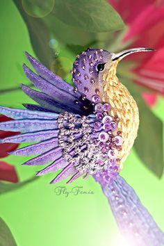 миниатюрная брошь - сиреневая колибри. Маленькая красотка с легким характером :)  Брошь создана из натурального шелка и хлопка окрашенных вручную. Все стежки на крыльях и вышивка сделаны так же вручную.  Маленький размер позволяет закреплять птичку не…
