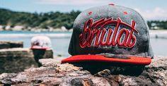 """Snapback """"Raiders"""" da marca brasileira Brutal Kill, presente na mais recente coleção """"Lifestyle Stay Strong"""" para a temporada Outono/Inverno 2015. Dividindo o nome da marca em dois gráficos, presentes..."""