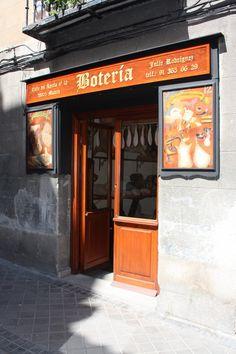 Julio. El único artesano de botas de vino que queda en Madrid. El taller donde…