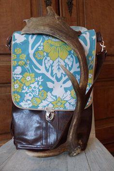 """Backbag+taška+Jeleni+Taška+je+vyrobena+z+lesklé+koženky+v+kombinaci+s+americkou+designovou+bavlnou.+Přední+díl+je+tvořen+ze+tří+vrstev+koženky+-+tím+vznikly+vnější+kapsy.+Dvě+spodní+menší,+v+jedné+z+nich+je+všita+karabina+na+klíče,+abyste+své+klíče+už+nikdy+nemusela+""""lovit"""".+Pak+je+větší+kapsa,+do+které+se+vejde+i+tablet+a+nebo+pastelkovník+:-)+Hlavní+oddíl+tašky+... Backpacks, Bags, Design, Handbags, Backpack, Backpacker, Bag, Backpacking"""