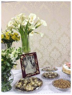 Bodas de Ouro por Floraria Decor. Decoração mesa do bolo.