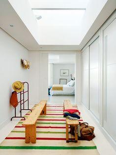 Un armario empotrado en un pasillo ancho