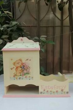 Pañaleras personificada madera mdf                                                                                                                                                                                 Más Baby Shawer, Baby Birth, Wood Projects, Projects To Try, Bedroom For Girls Kids, Decoupage, Kit Bebe, Baby Decor, Handmade Baby