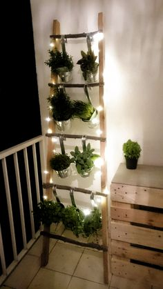 Diy balcony herbs ladder fairy lights balcony herb leddar balcony balcony diy balkon decoratie how to make a better strawberry pallet planter Apartment Balcony Garden, Small Balcony Garden, Small Balcony Decor, Apartment Balconies, Indoor Garden, Outdoor Gardens, Balcony Plants, Balcony Herb Gardens, Balcony Ideas