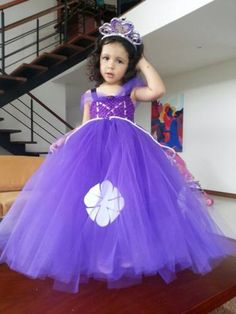 centro de mesa de princesa sofia - Buscar con Google Julia Gomes, Girls Dresses, Flower Girl Dresses, Cinderella, Disney Princess, Rose, Wedding Dresses, Google, Origami