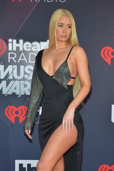 Iggy Azalea: Wearing a slinky black Brian Lichtenberg gown with a high slit and chainmail detailing Iggy Azalea, Karen Gilan, Hip Hop And R&b, American Rappers, Celebs, Celebrities, Celebrity Pictures, Pretty Woman, Cute Couples