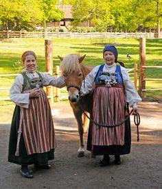 Magasinet Bunad : Skånegården på Skansen Folk Costume, Costumes, Vintage Clothing, Vintage Outfits, Carl Larsson, White Apron, Daily Dress, Kerchief, Dream Garden