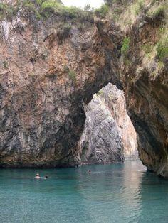 Arco Magno, località di San Nicola Arcella, Cosenza. Calabria, Italia. קשת טבעי בסלע בתוך הים