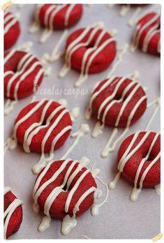 Red Velvet mini donuts {by Paula, Con las Zarpas en la Masa} … - Donut recipes Mini Donuts, Baked Donuts, Christmas Donuts, Christmas Desserts, Holiday Treats, Red Velvet, Mini Donut Recipes, Snack Items, Donut Decorations