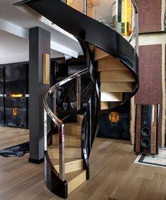 wwww.trabczynski.com Policzkowe schody gięte wykonane z dębu/dębu malowanego na wysoki połysk. Balustrada ze stali szlachetnej. Projekt – Anna Wichłacz & TRĄBCZYŃSKI Nowoczesne schody gięte ST780 / Curved stairs, full stringer, made of natural oak and high gloss painted oak. Stainless steel railing. Designed by Anna Wichłacz & TRABCZYNSKI Modern Curved Stairs ST780 #stairs #modernstairs #curvedstairs #contemporarystaircases #spiralstairs