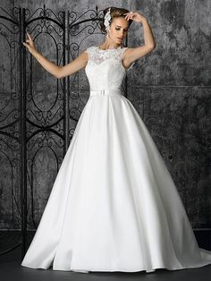 Elegantes hochgeschlossenes Brautkleid mit tiefem Rückenausschnitt. Elegant, Wedding Dresses, Fashion, La Mode, Dress Wedding, Curve Dresses, Classy, Bride Gowns, Wedding Gowns