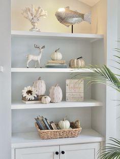 Fall bookshelf d Diy Interior, Interior Design Living Room, Condo Decorating, Fall Decorating, Bookcase Decorating, Fall Living Room, White Bookshelves, Hamptons Decor, Bookcase Styling