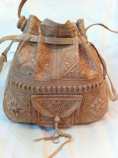 Este es un bolso de cuero unisex maravilloso viniendo de la ciudad de Fez en Marruecos. hecho de 100% cuero auténtico totalmente hecho a mano y artesanal