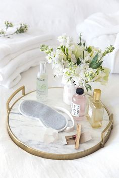 29 Awesome Guest Room Essentials and Tips – HomyBuzz - Modern Guest Room Decor, Bedroom Decor, Seaside Bedroom, My New Room, My Room, Guest Room Essentials, Ideas Baños, Vanity Decor, Vanity Tray