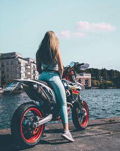 Girl and bike 12 Lady Biker, Biker Girl, Motorbikes Women, Bike Couple, New Look Shoes, Bike Photoshoot, Superenge Jeans, Bike Leathers, Bike Pic