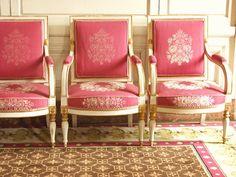Marie Antoinette French Antiques - Gloria Dean - So pretty….Marie Antoinette French Antiques So pretty…. Marie Antoinette, Trianon Versailles, Pink Velvet Chair, Velvet Chairs, Louis Seize, Interior Exterior, Interior Design, Luis Xvi, Wedding Decor