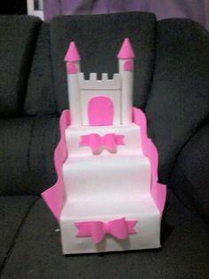Utiliza cajas de leche para crear un bello exhibidor con forma de escalera que te servirá para lucir postres o bocadillos en un buffet o me... Diy Cupcake Stand, Cupcake Stand Wedding, Frozen Birthday Party, Birthday Parties, Minie Mouse Party, Cumpleaños Diy, Girl Birthday Decorations, Disney Princess Party, Bday Girl