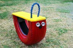 Im Garten können Sie eine Wippe aus einem Reifen aufstellen