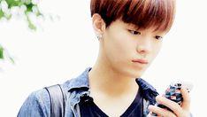 Yuta: /Regarde votre photo de bébé avec le téléphone de ta mère