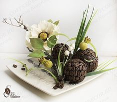 Интерьерная композиция из кофейных зёрен с цветами из фоамирана