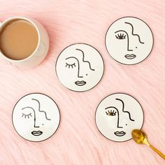 Pottery Painting, Ceramic Painting, Painted Pottery, Diy Clay, Clay Crafts, Do It Yourself Upcycling, Face Coasters, Ceramic Coasters, Geometric Face