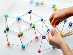 Cómo hacer construcciones 3D con palillos y plastilina. Juegos infantiles divertidos y didácticos para niños.