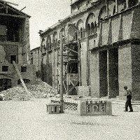 Attorno al Duomo di Modena, dopo la guerra.