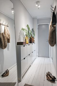 Scandinavian Style Entryway Do you to make your long narrow entryway or hallway appear bigger? These narrow entryway ideas will help your entryway make a strong first impression. Decor, Small Entryways, Small Apartments, Hall Decor, Foyer Decorating, Home Decor, House Interior, Interior Design Living Room, Ikea Shoe Cabinet