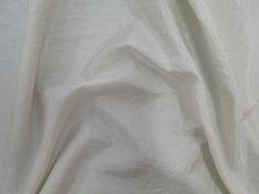 Hightech (Marfim). Tecido leve, com brilho acetinado, superfície com suave efeito de amassado. Ideal para looks festa.  Sugestão para confeccionar: vestidos de festa, saias, blusas, entre outros.