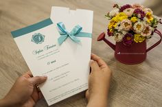 Detalhes da aplicação do azul Tiffany no convite.