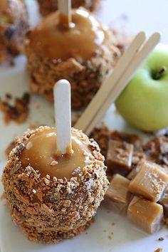 Fabulously yummy sounding Butterfinger Caramel Apples. #caramel #apples #Halloween #fall #autumn #party #caramel_apples #desserts #food #kids #chocolate