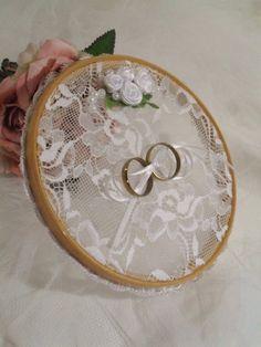 Inspiração vintage!    Bastidor de madeira com renda e aplicação de mini rosas de cetim e perolas.  Acabamento em renda guipir.    Diametro - 16 cm