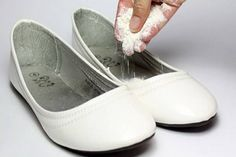 How to Use Household Items to Remove Shoe Odors. If your shoes have developed an unpleasant odor, this doesn't mean you have to throw the pair out. There are many household items you can make use of to eliminate shoe odor or kill the. Aide Ménagère, Smelly Shoes, Quites, Chanel Ballet Flats, Cleaning Hacks, Beauty Hacks, Health And Beauty, Footwear, Slip On