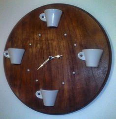 orologio con tazzine da caffè